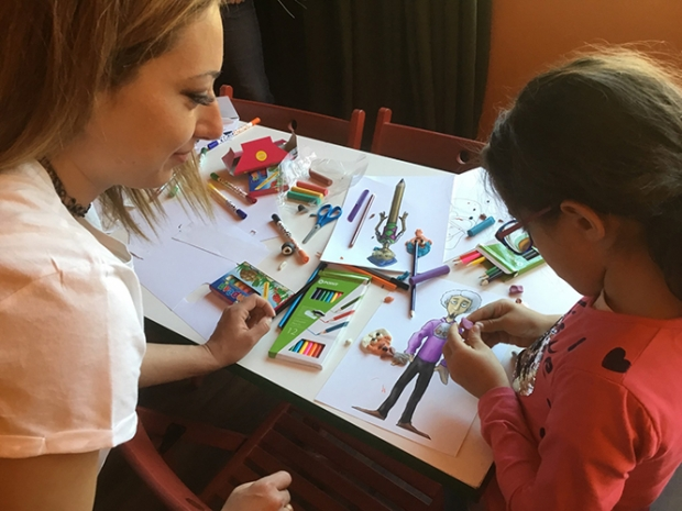 Niños con sus obras de arte