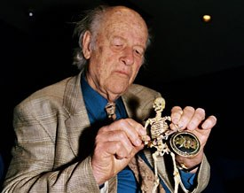Ray Harryhausen moulds a skeleton from Jason and the Argonauts.