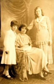 (from left to right) Isabel Hart, her mother Rosie and her mother's roommate Kelly.
