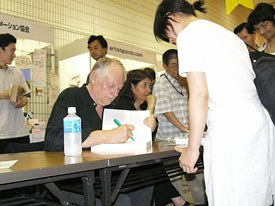 Richard Williams signs his book The Animators Survival Kit, which was recently published in Japanese.