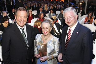 Tippi Hedren accepted 2007 Festival Honors on Alfred Hitchcock's behalf and was treated to a rousing ovation from the audience. Here she is flanked by German government officials Udo Corts (l) and Roland Koch.
