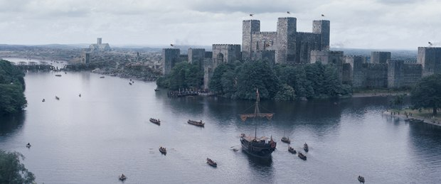 A combination of matte painting and CG projections was used to recreate the medieval city, which featured the Tower of London, the original St. Paul's Cathedral and old London Bridge under construction.