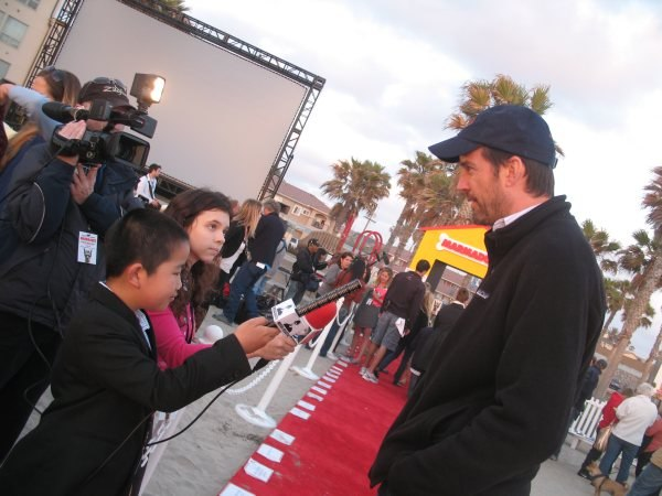 Perry interviewing Marmaduke director Tom Dey.