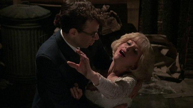 Audrey (Ellen Greene) dies in the arms of her beloved Seymour (Rick Moranis).