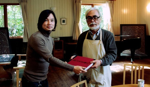 Dice passing the Sketchtravel book to Hayao Miyazaki.